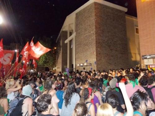 ARGENTINE:7.000 féministes à l'attaque d'une église