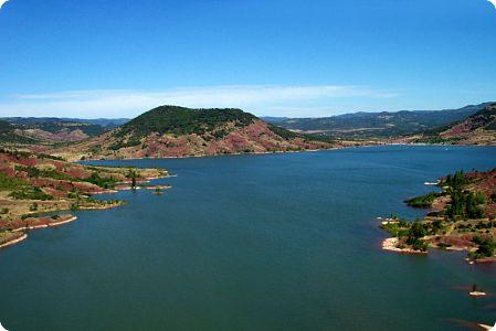 Lac du salagou: palette de couleurs, de textures et de formes contrastées.
