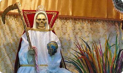 Le culte de la Sainte Mort sort de l'ombre au Mexique …