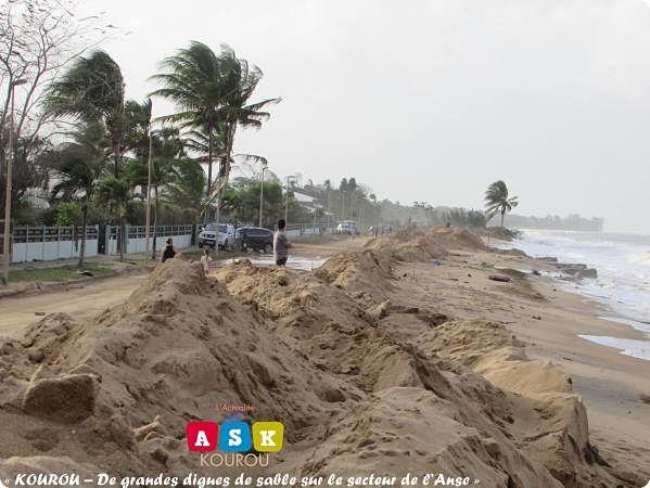 « KOUROU – De grandes digues de sable sur le secteur de l'Anse »
