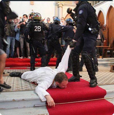 Saint-Rita: les policiers ont traîne le prêtre